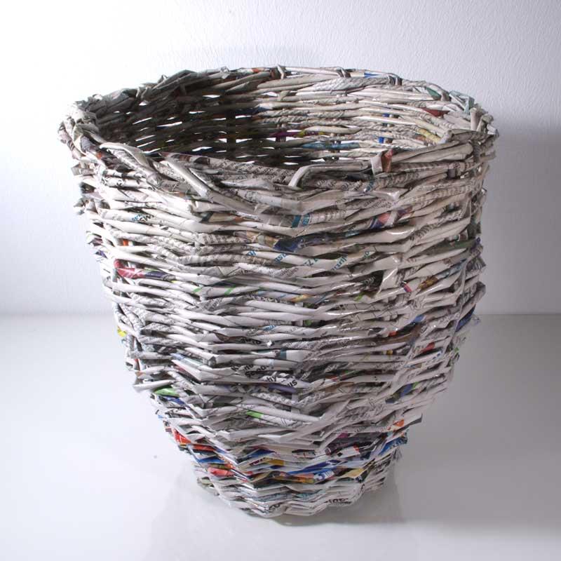 Upcycling Korb, Upcycling Papierkorb, Upcycling Zeitungen, Upcycling Papier, Papierkorb geflochten aus Zeitungen, großer Papierkorb, Aufbewahrungskorb, Wohnen und Deko, Nachhaltig Wohnen, grüner Papierkorb, nachhaltiger Papierkorb, Papierrecycling, Boho, Urban Style, Clean Chic