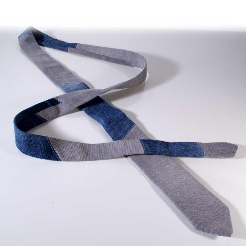 Upcycling Krawatte aus alten Jeans, Jeanskrawatte, Handarbeit, handgemacht, Unikat, grau-blau, Jeansupcycling, Geschenk, Männergeschenk, green Fashion, Boho, Street Style, Urban Style